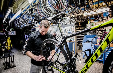Jos Feron - Niels aan het werk aan een fiets