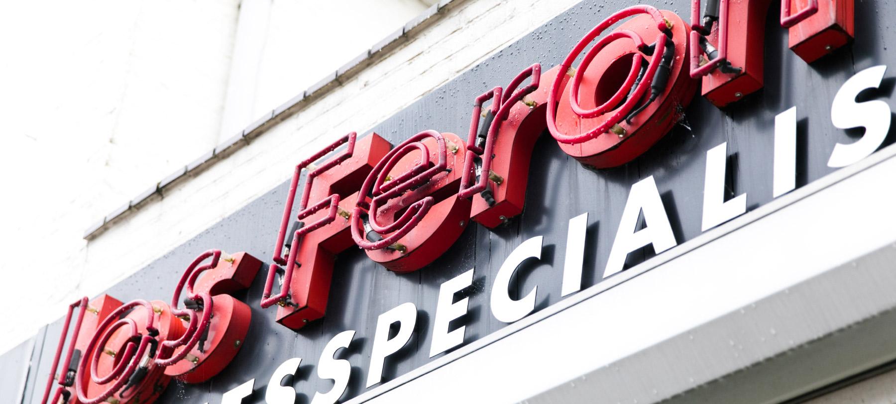 Jos Feron - Neonletters voorkant zaak