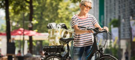 Jos Feron - Foto van elektrische fiets met oudere dame