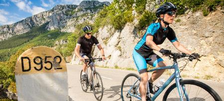 Jos Feron - 2 sporters op een berg met fitnessfietsen