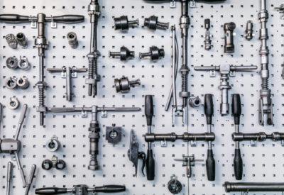 Jos Feron - Diverse onderdelen aan een gereedschapsrek