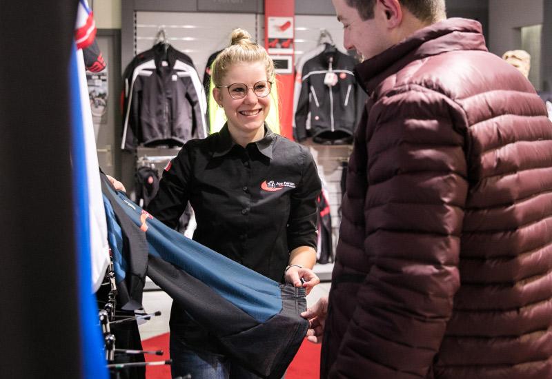 Jos Feron - Senna laat de klant een broek zien