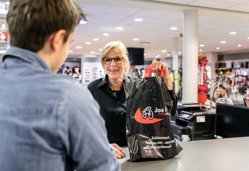Jos Feron - Ingrid helpt een tevreden klant